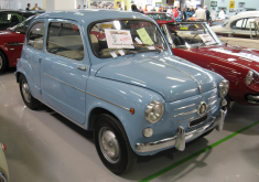 Compro Auto Usate Bologna Fiat 600 1960 for Sale, Con Il Cielo Blu Dell'automobile Antica, Interessante E Bello
